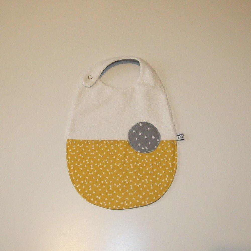 Bavoir imprimé triangles et étoiles, jaune moutarde et gris--9995142141197